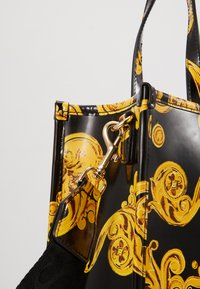 Versace Jeans Couture - MED NS TOTE BAROQ - Tote bag - nero/oro - 6