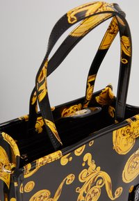 Versace Jeans Couture - MED NS TOTE BAROQ - Tote bag - nero/oro - 5