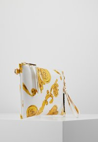 Versace Jeans Couture - MED POUCH PATENT BAROQ - Psaníčko - white/gold - 3