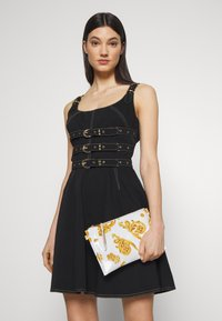 Versace Jeans Couture - MED POUCH PATENT BAROQ - Clutches - white/gold - 1