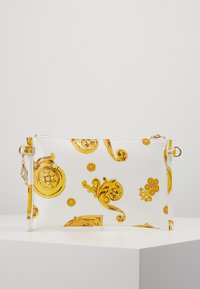 Versace Jeans Couture - MED POUCH PATENT BAROQ - Clutches - white/gold - 2