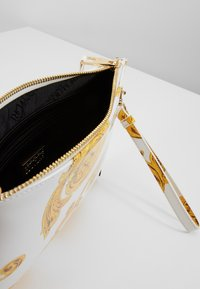 Versace Jeans Couture - MED POUCH PATENT BAROQ - Clutch - white/gold - 4