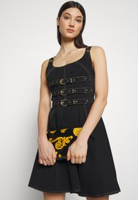 Versace Jeans Couture - MED POUCH PATENT BAROQ - Clutch - nero/oro - 1
