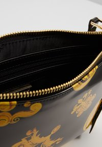 Versace Jeans Couture - MED POUCH PATENT BAROQ - Clutch - nero/oro - 4
