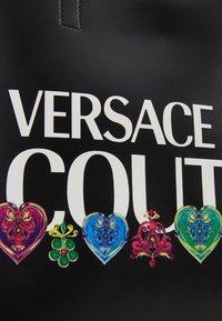 Versace Jeans Couture - REVERS PRINT LOGO SET - Handtas - multicolour - 8