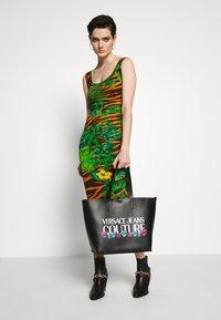 Versace Jeans Couture - REVERS PRINT LOGO SET - Handtas - multicolour - 1