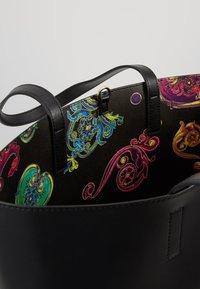 Versace Jeans Couture - REVERS PRINT LOGO SET - Handtas - multicolour - 5