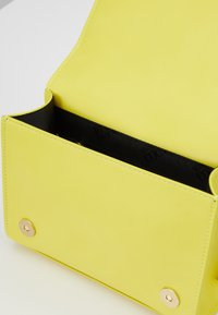 Versace Jeans Couture - CHAIN CHARMS - Sac bandoulière - yellow - 3