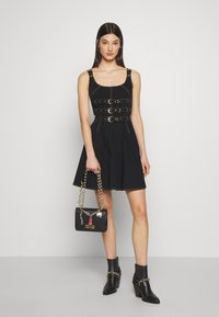 Versace Jeans Couture - CHAIN CHARMS - Schoudertas - nero - 1