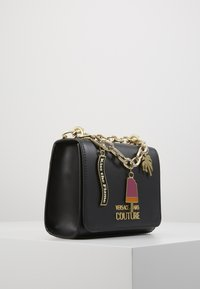 Versace Jeans Couture - CHAIN CHARMS - Schoudertas - nero - 3