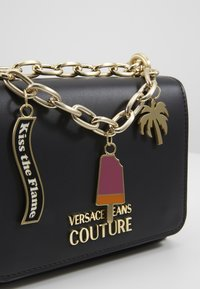 Versace Jeans Couture - CHAIN CHARMS - Schoudertas - nero - 6