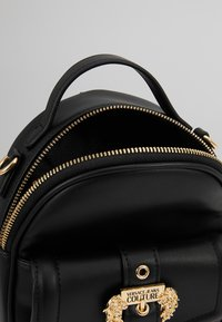 Versace Jeans Couture - BAROQUE BUCKLE MINI BACKPACK - Batoh - black - 5