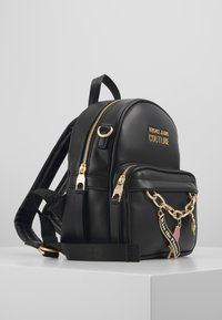 Versace Jeans Couture - MINI BACKPACK W/CHARMS - Tagesrucksack - nero - 4