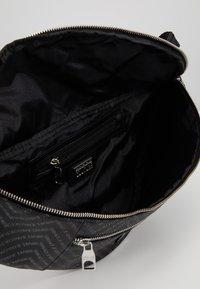Versace Jeans Couture - LINEA CHEVRON - Sac banane - grey - 4