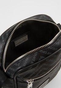 Versace Jeans Couture - LINEA CHEVRON  - Axelremsväska - grey - 4