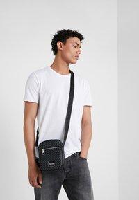 Versace Jeans Couture - LINEA CHEVRON  - Axelremsväska - grey - 1