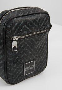 Versace Jeans Couture - LINEA CHEVRON  - Axelremsväska - grey - 6