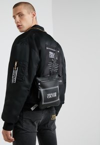 Versace Jeans Couture - LINEA MACROTAG  - Sac bandoulière - black - 1