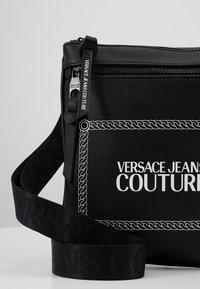 Versace Jeans Couture - LINEA MACROTAG  - Sac bandoulière - black - 6