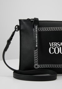 Versace Jeans Couture - LINEA MACROTAG - Borsa a tracolla - black - 7