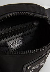 Versace Jeans Couture - LINEA PYTHON - Sac banane - black - 4