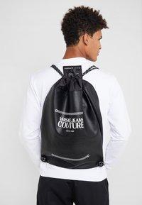 Versace Jeans Couture - LINEA MACROTAG - Sac à dos - black - 1
