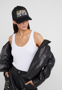Versace Jeans Couture - MID VISOR EMBROIDERY  - Keps - black - 4