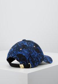 Versace Jeans Couture - MID VISOR BAROQUE  - Lippalakki - blue - 2