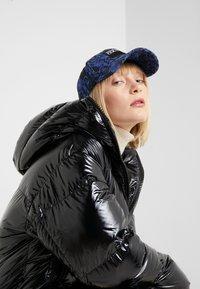 Versace Jeans Couture - MID VISOR BAROQUE  - Lippalakki - blue - 4
