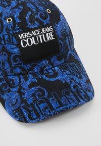 Versace Jeans Couture - MID VISOR BAROQUE  - Lippalakki - blue - 6