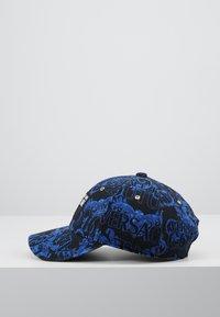 Versace Jeans Couture - MID VISOR BAROQUE  - Lippalakki - blue - 3