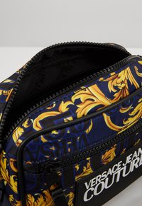 Versace Jeans Couture - Schoudertas - navy/gold - 5