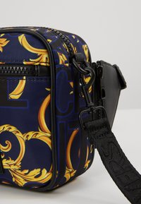 Versace Jeans Couture - Schoudertas - navy/gold - 7