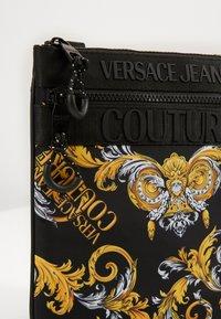 Versace Jeans Couture - UNISEX - Sac bandoulière - black/gold - 3