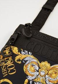 Versace Jeans Couture - UNISEX - Taška spříčným popruhem - black/gold - 6