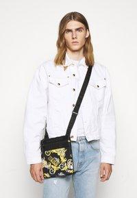 Versace Jeans Couture - UNISEX - Taška spříčným popruhem - black/gold - 0