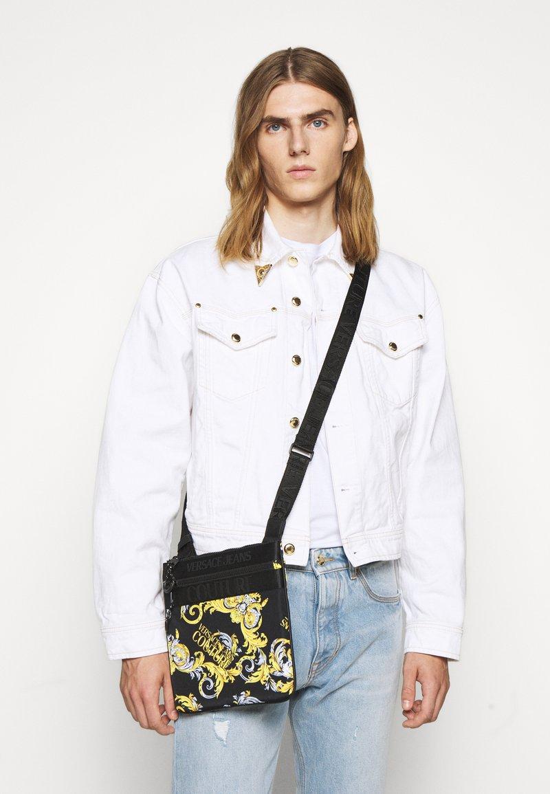 Versace Jeans Couture - UNISEX - Taška spříčným popruhem - black/gold