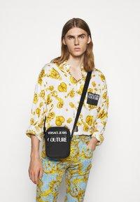 Versace Jeans Couture - UNISEX - Umhängetasche - nero - 1