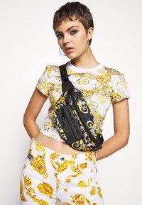Versace Jeans Couture - UNISEX - Bum bag - black/gold - 1