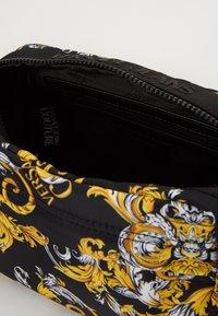 Versace Jeans Couture - Kosmetiktasche - black/gold - 2