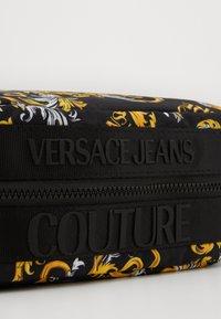 Versace Jeans Couture - Kosmetiktasche - black/gold - 3
