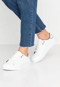 Vero Moda Wide Fit - WIDE FIT VMKELINA  - Sneakers basse - snow white/black - 0