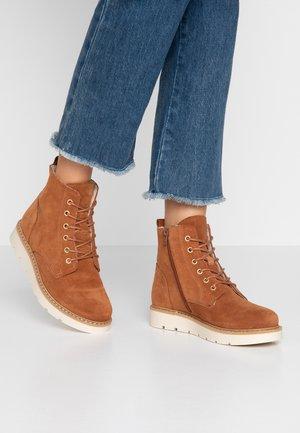 VMRIA BOOT WIDE - Kotníkové boty na platformě - cognac