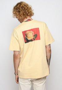 Vertere Berlin - T-shirt imprimé - pastel yellow - 2