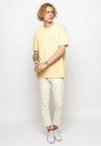 Vertere Berlin - T-shirt imprimé - pastel yellow - 1