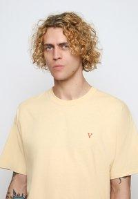Vertere Berlin - T-shirt imprimé - pastel yellow - 3