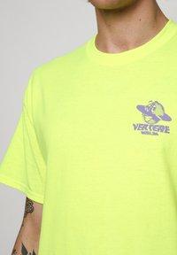 Vertere Berlin - T-shirt imprimé - neon yellow - 4