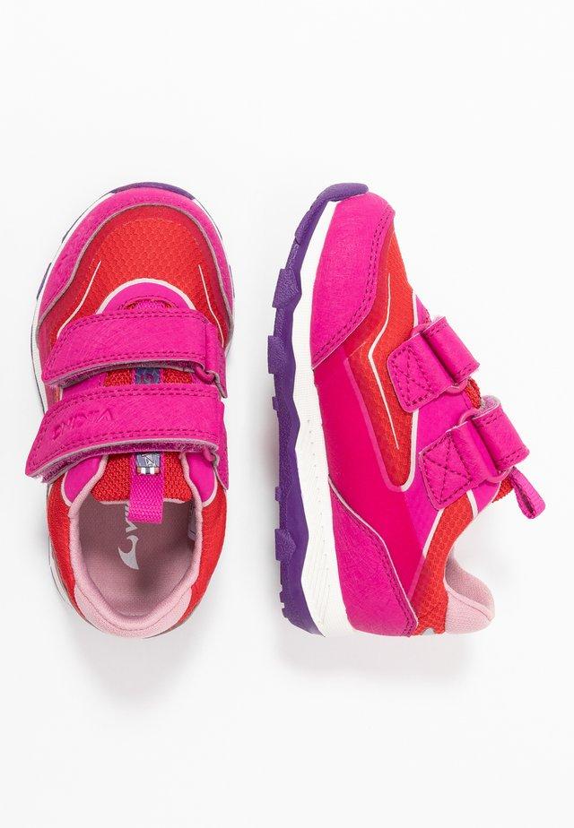 EVANGER LOW GTX - Chaussures de course - magenta/red