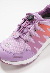 Viking - BISLETT II GTX - Sportovní boty - lavender/coral - 2