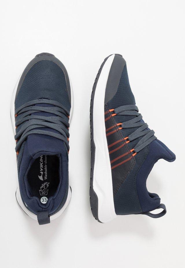 ENGENES GTX - Zapatillas para caminar - navy/orange